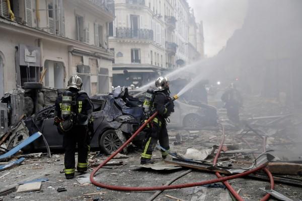 消防隊趕往現場滅火。(法新社)