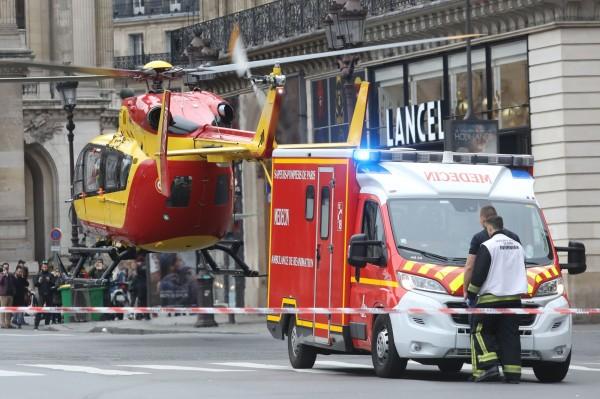當局派出直升機協助救援。(法新社)