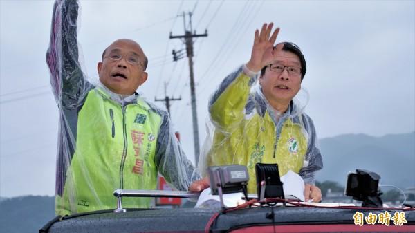 1124敗選後,蘇貞昌隨即開始「掃街謝票」,即使當時新北市天氣並不好,蘇貞昌淋雨也要繼續謝票。(資料照)