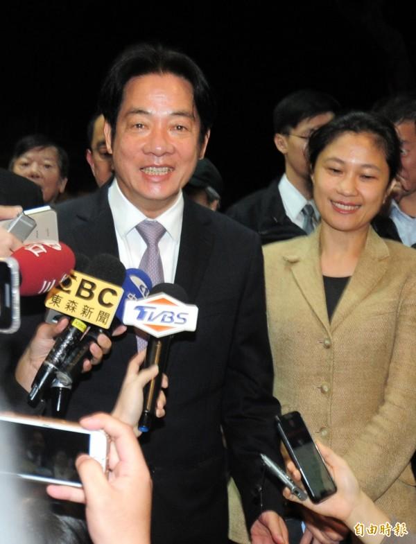 請辭的行政院長賴清德(左)前往電影院觀賞「後勁-王建民」電影。(記者王藝菘攝)