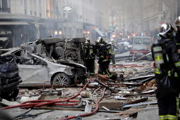 發生事故的大街滿目瘡痍,連汽車都遭震翻。(法新社)
