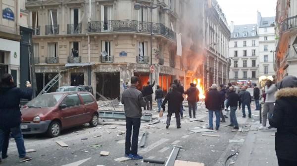 巴黎市中心的麵包店發生爆炸並起火,附近的窗戶全被震碎。(法新社)