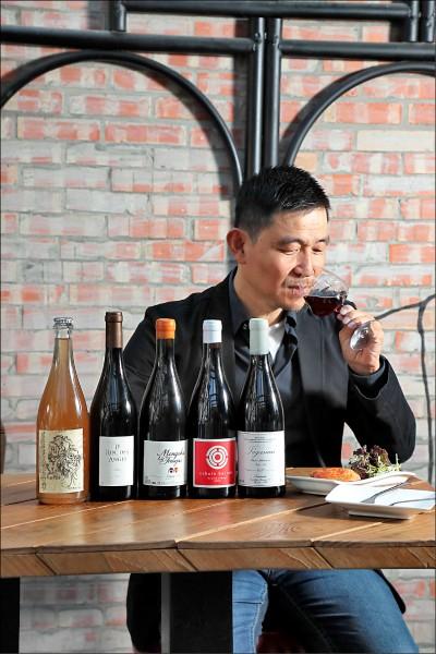 林裕森/葡萄酒作家,原本念的是哲學,卻一頭栽進葡萄酒的世界,赴法求學,具有巴黎第十大學葡萄酒經濟與管理碩士,以及法國葡萄酒大學侍酒師文憑,被譽為華人世界最好的葡萄酒作家,著有多本葡萄酒相關著作,近年來開始關注自然派葡萄酒的領域。(記者陳宇睿/攝影)
