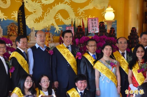 前總統馬英九(左4)和前立法院長王金平(右3)今天南下高雄參加廟會祭典,兩人簡短寒喧、交談。(記者蘇福男攝)