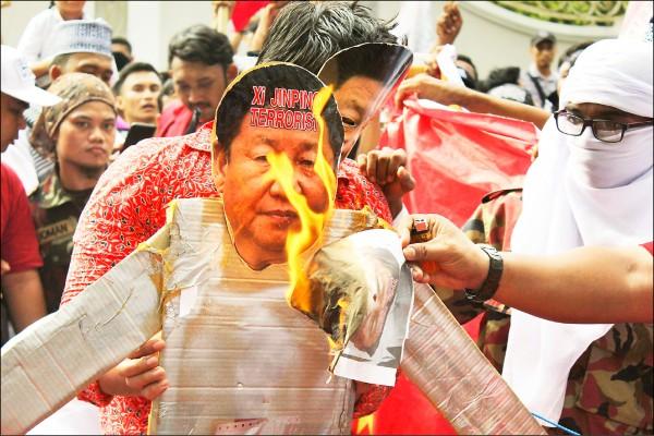 圖為印尼穆斯林在去年十二月走上街頭聲援新疆穆斯林。(法新社)