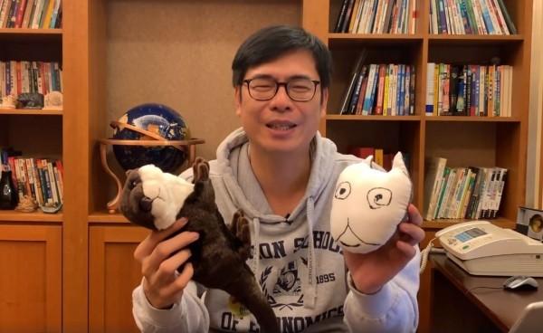 陳其邁手拿粉絲送的禮物表示:「我會帶在我的身邊,我會把他帶到行政院,心情不好的時候,會有陳小米陪著我,也會有海獺。」(圖擷取自陳其邁臉書)