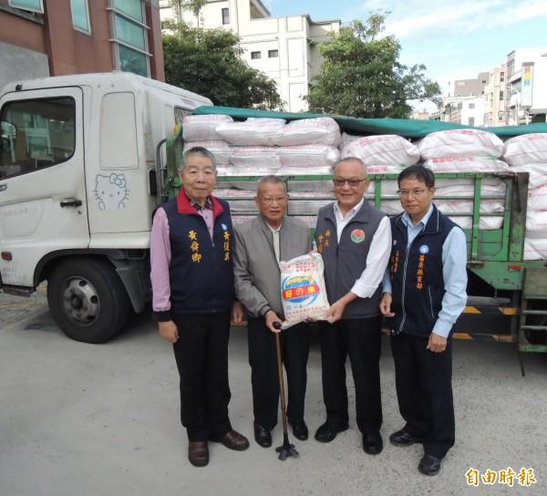 陳松生(左二)捐贈白米助弱勢,40年來從不間斷,今年再捐1萬斤白米,由苗栗縣長徐耀昌(右二)代表接受。(記者張勳騰攝)