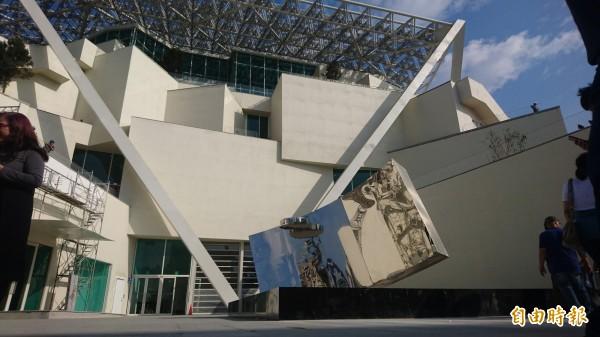 南美館即將開館營運,館方與民眾齊力將雕塑家楊英風的大型雕塑作品「分合隨緣」牽引至館前安座。(記者劉婉君攝)