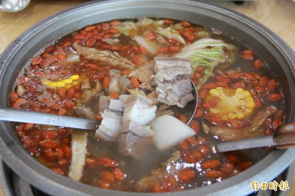 溪湖阿清羊肉爐,主打的中藥鍋湯頭由數十種中藥材熬製而成,溫潤滋補,連孕婦都可安心喝。(記者陳冠備攝)