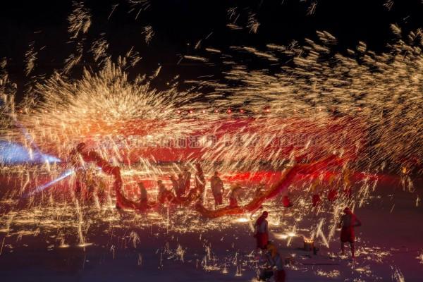 去年重慶銅梁火龍的光彩奪目表演,吸引很多民眾觀賞。(資料照,南投縣府提供)