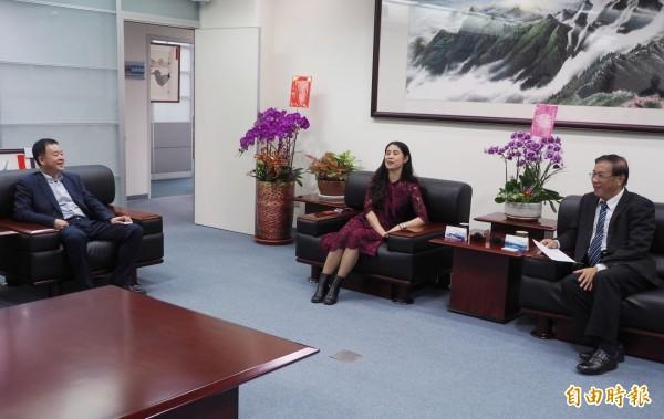 南投縣長林明溱(右1)向中國重慶市台聯副會長許沛(右2)等人,要求增加銅梁火龍場次。(記者陳鳳麗攝)