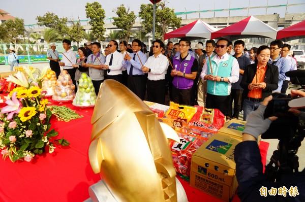 「巨鮪來富」主燈基座今天舉行安座儀式。(記者陳彥廷攝)