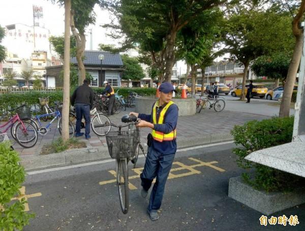 田中鎮公所清潔隊人員將停車田中車站違規停放腳踏車移除。(記者陳冠備攝)