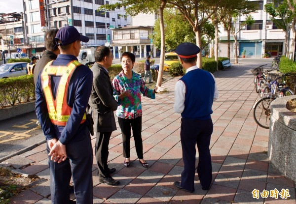 田中鎮長洪麗娜(右2)與在場負責單位溝通,要求盡快恢復市容整潔。(記者陳冠備攝)