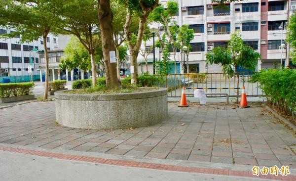 閒置腳踏車經清除,火車站前廣場又恢復整潔。(記者陳冠備攝)