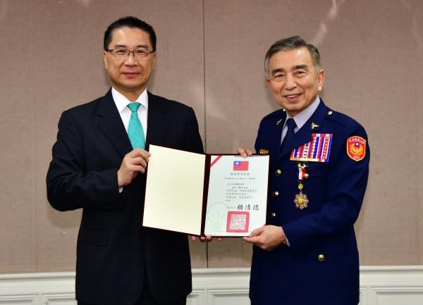 警大校長刁建生屆齡退休,獲頒「行政院特等服務獎章」,左為內政部長徐國勇。(警大提供)