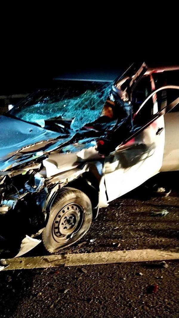 小客車與拖吊車不明原因發生擦撞,由於撞擊力道之大,導致小客車車頭全毀。(記者魏瑾筠翻攝)