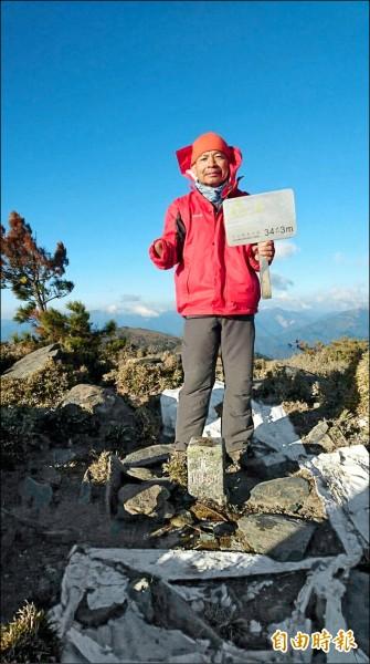 獨掌的吳進成挑戰完登台灣百岳,讓人感動。(記者廖淑玲攝)