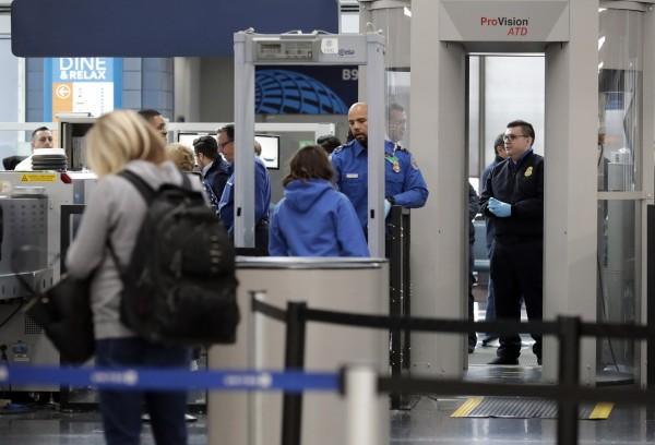 美國喬治亞州亞特蘭大的哈茨菲爾德-傑克遜國際機場,有攜槍乘客通過海關,搭機飛到日本東京。美國機場安檢示意圖。(美聯社)