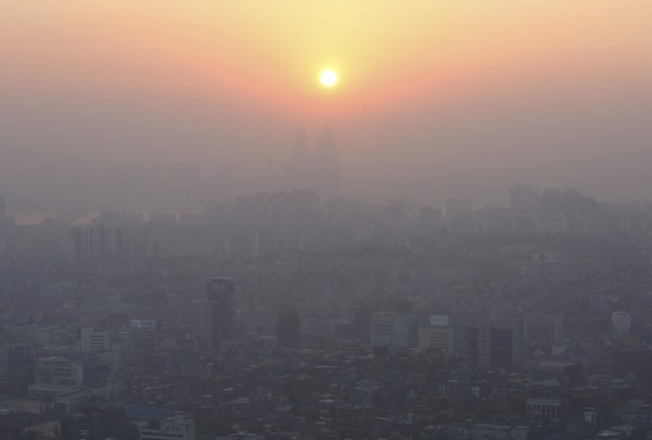南韓近日飽受霧霾之苦,PM2.5已連續4天嚴重超標,首爾地區尤甚,有民眾稱天空就像「黑白電視」。(美聯社)