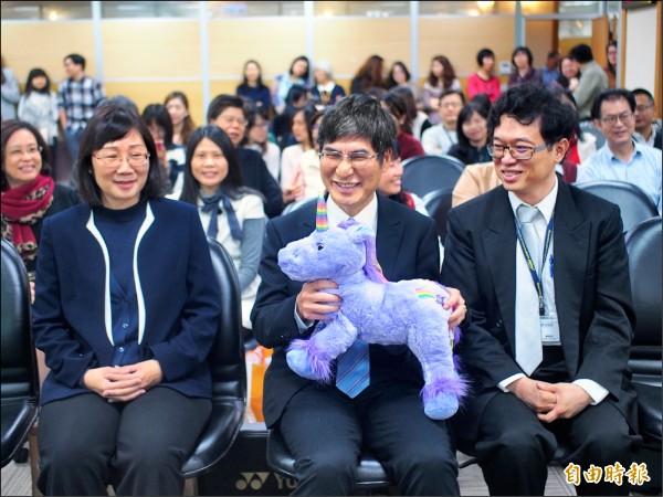 科技部長陳良基(中)帶著獨角色布偶出席「基哥有約」活動。 (記者簡惠茹攝)
