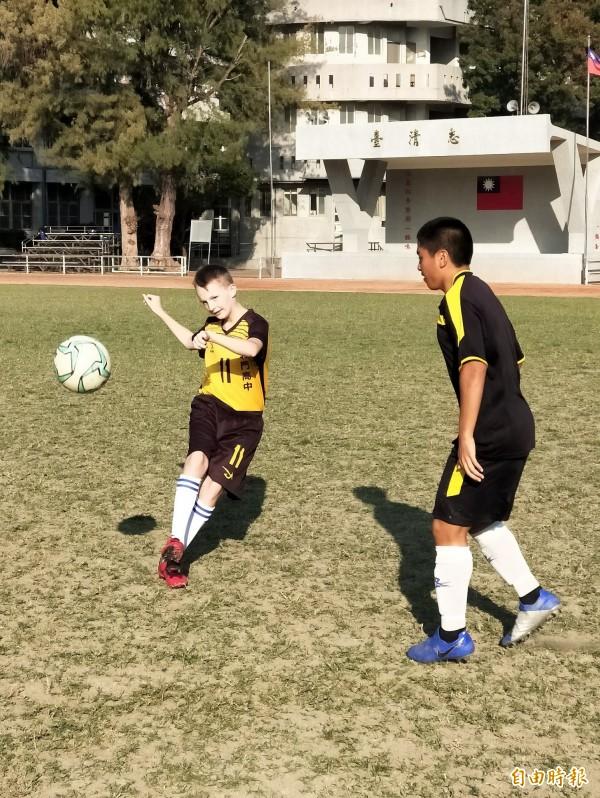 北門高中足球隊享譽全國,法國交換學生鄧元石(Gustave Rock)(左)曾在法國踢了3年足球,選擇足球體驗課程,與校隊切磋球技,成為難得經驗。(記者王涵平攝)