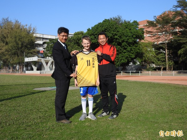 北門高中足球隊享譽全國,鄧元石與校隊切磋球技,獲贈球衣與球鞋。(記者王涵平攝)