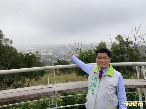 海線天空一片霧茫茫,市議員楊典忠抱怨,從鰲峰山看不到高美濕地與台中火力發電廠煙囪。(記者黃鐘山攝)