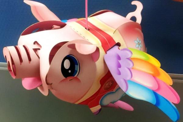 今年中台灣元宵燈會的小提燈是「飛天豬」。(記者張菁雅翻攝)