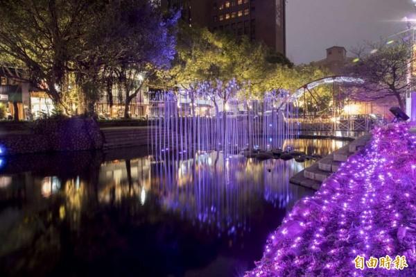 新竹市政府今年迎豬年,在護城河岸展現繽紛的燈光秀,也展示新竹科技城味道。(記者洪美秀攝)