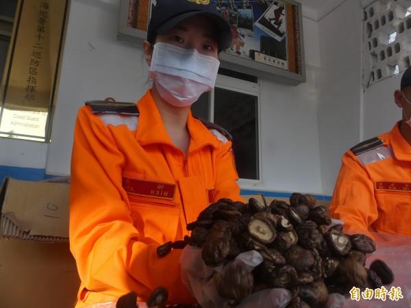 金馬澎分署第9岸巡隊查獲疑似中國走私香菇。(記者吳正庭攝)