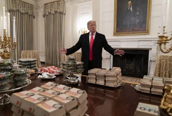 白宮主廚放無薪假,川普自掏腰包請美足大學冠軍吃速食。(歐新社)