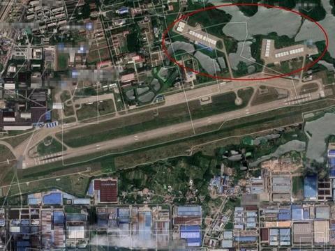 中國安徽蕪湖空軍基地已建26棚,以容殲20戰機。(圖擷取自微博)