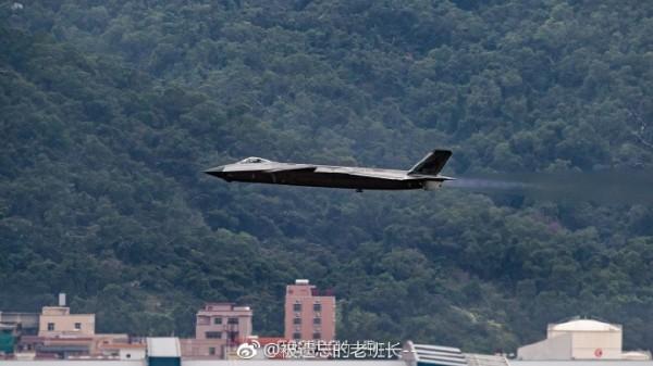 網友拍到殲-20起落安徽蕪湖空軍基地的畫面。(圖擷取微博)