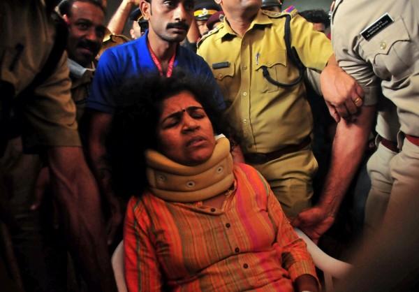 印度婦女卡娜卡杜嘉日前進入南部知名印度教沙巴瑞瑪拉神廟,週二首度踏入家門時,被不滿她打破禁忌的婆婆攻擊受傷。(路透)