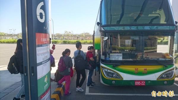 公路總局呼籲民眾多搭乘公共運輸系統出遊,安全減少塞車。(記者林國賢攝)