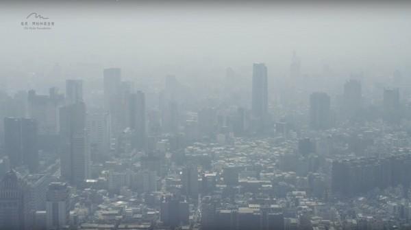 空污嚴重造成霧霾籠罩台灣城市。(記者蔡淑媛翻攝自勿霾蒼穹影展)