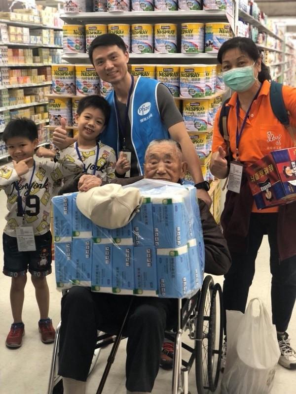 獨居長者在志工陪伴下,順利採買到日常所需用品。(輝瑞大藥廠提供)