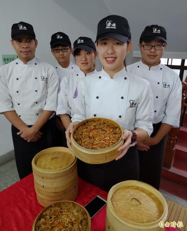 歲末年終感恩,明道大學餐旅系學生準備人參雞湯還有米糕,給轄區附近派出所員警享用。(記者陳冠備攝)