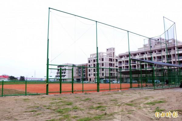 新市棒壘球場目前正進行收尾工作,預計農曆年後可開始使用。(記者萬于甄攝)