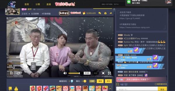 台北市長柯文哲(左)今天二度和館長(右)合體直播。(記者沈佩瑤翻攝)