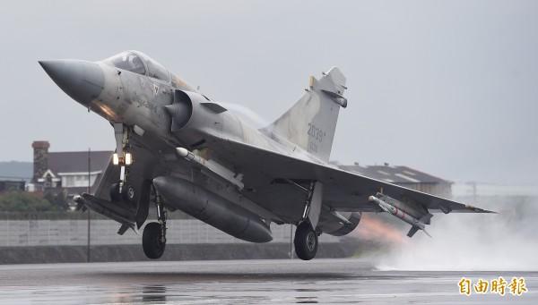 國軍108年春節加強戰備,空軍新竹基地第2戰術戰鬥機聯隊16日進行空地勤整備及緊急起飛等操演,2架次幻象2000戰機在跑道上拉起機頭起飛,激起陣陣水花。(記者廖振輝攝)