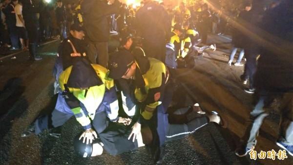 警方壓制猛按喇叭、呼嘯而過的幾名機車騎士。(記者王俊忠攝)