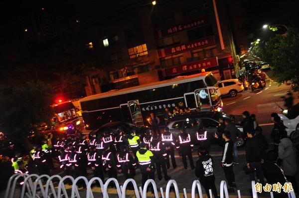 南市警局長黃宗仁,從容要求40名保警支援,上演一場軟硬兼施的計謀,讓400多人自動離開。(記者王捷攝)