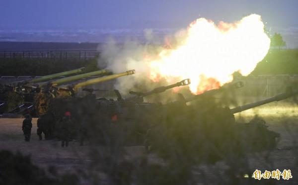 國軍108年春節加強戰備,第5作戰區17日進行聯合反登陸作戰實彈射擊操演,自走砲陣地隊假想敵進行射擊。(記者廖振輝攝)