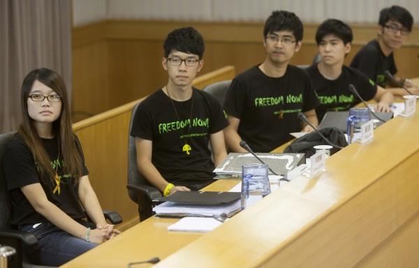 香港大學前學生會長、2014雨傘雨傘運動的學生領袖之一梁麗幗(左1),週三(16日)被澳門拒絕入境。(歐新社)