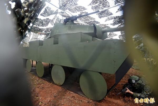 木製偽裝戰車,達成欺敵作用。(記者廖振輝攝)