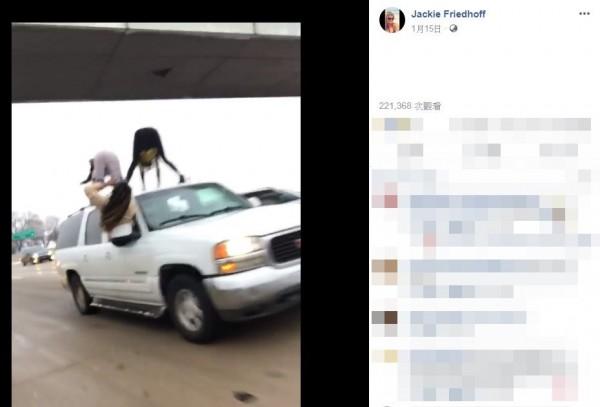 美國密蘇里州的64號州際公路,當地時間14日(週一)出現大塞車,部分車輛僅能慢速行駛。一名30歲女子福雷德霍芙卻直擊,2名女子爬到車頂彎腰翹臀狂抖。(圖翻攝自臉書)
