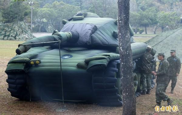 圖為氣墊製作偽裝戰車,達成欺敵作用。(記者廖振輝攝)