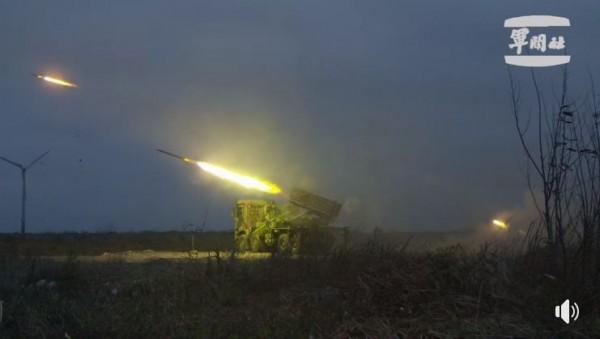 國軍雷霆2000火箭炮震撼網友,大讚我軍實戰能力驚人。(圖擷取自國防部發言人臉書)